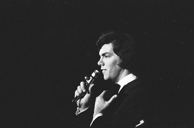 Солист Ленинградского мюзик-холла Сергей Захаров во время выступления, 1976 год. Фото Павел Маркин/Интерпресс/ТАСС