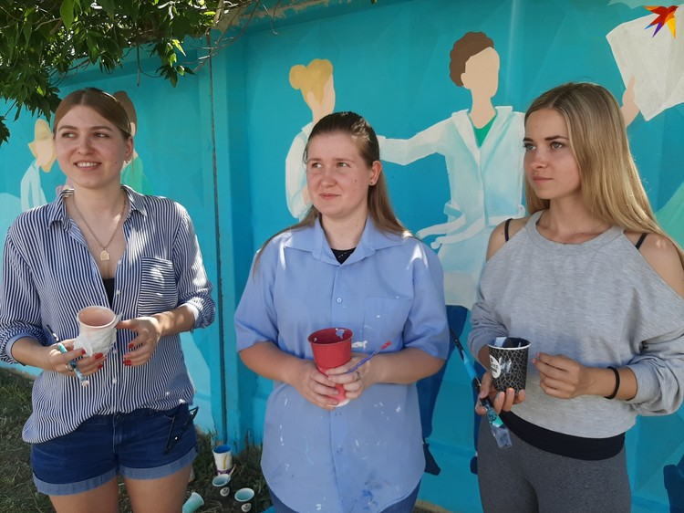Кстати, эти же девушки подарили Волгограду стрит-арт к ЧМ-2018 - футбольную стену в центре города.