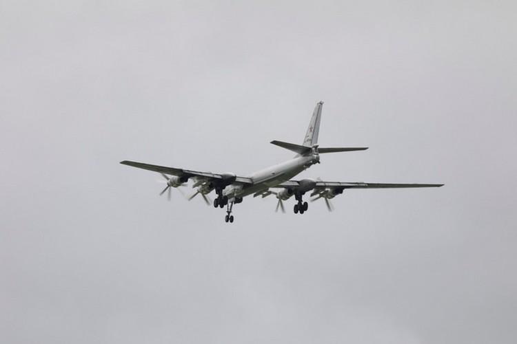 Военные самолеты сопровождались истребителями F-22 ВВС США.