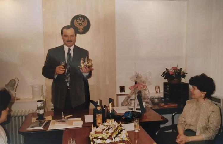 В 90-е Анатолий Иванович руководил санаторием в Нижних Сергах. На этом снимке коллеги поздравляют его с днем рождения. Фото: предоставлено Галиной Манаковой