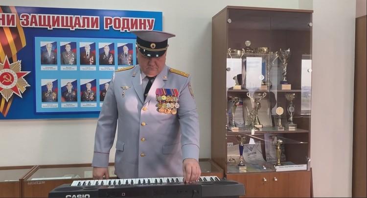 Еще совсем недавно полковник принимал активное участие в творческой деятельности своего коллектива