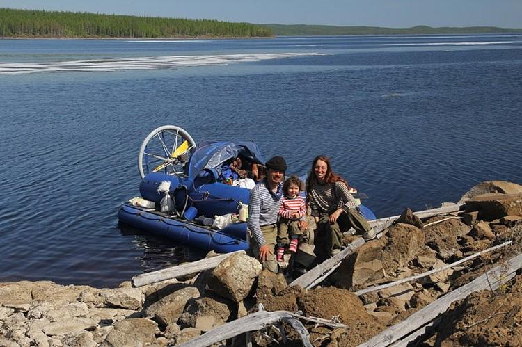 На экспериментальной лодке Елена, ее муж Бурэ и маленькая Айана прошли всю Якутию по рекам