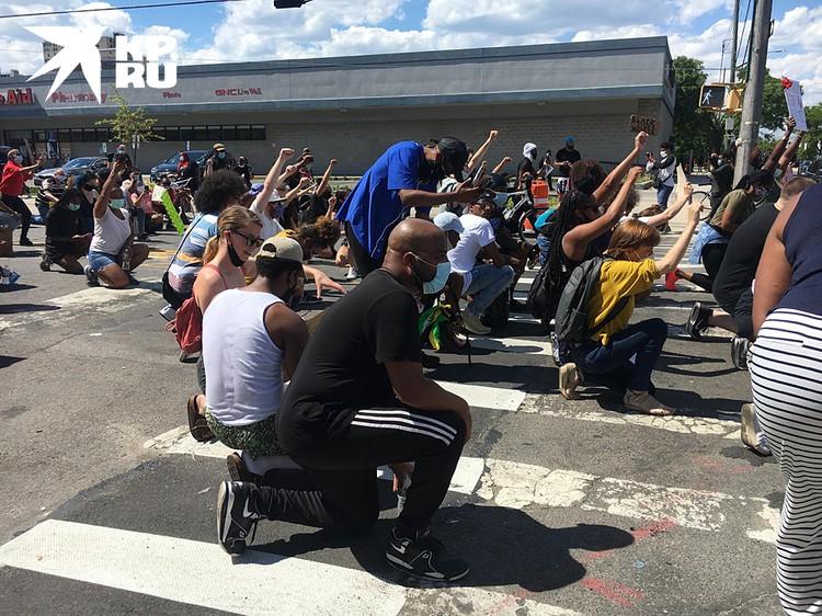 Вся толпа встала на колени