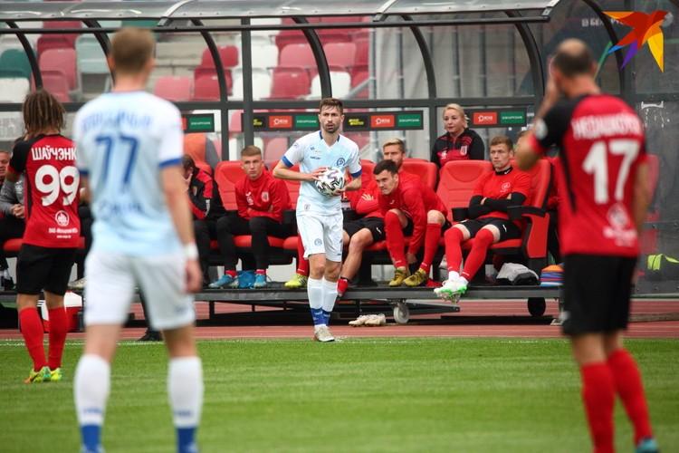 Мяч с аута вводит в игру Карло Бручич.