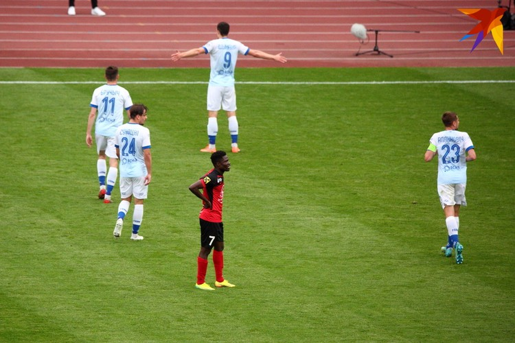 Евгений Шикавка празднует забитый гол.