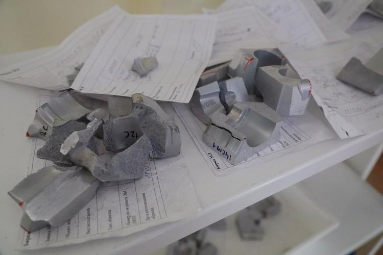 Диски из каждой партии проверяют на наличие дефектов в лаборатории. Исследуют и качество самого материала - на фото