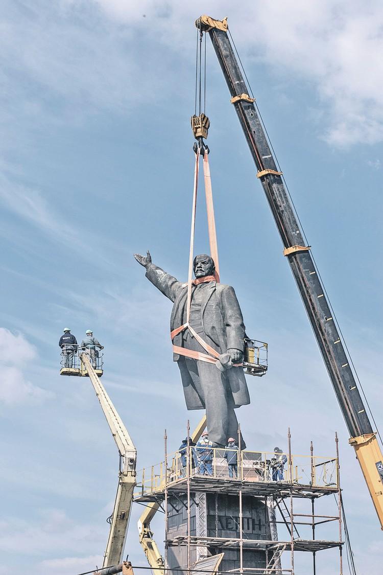 Сначала монументы сносил сам Ленин. А спустя столетие стали сносить его каменные фигуры. Фото: Павел ПАХОМЕНКО/РИА Новости