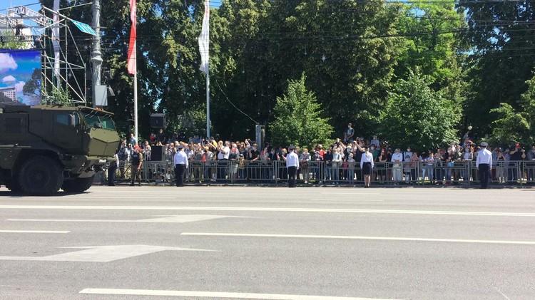 Зрители наблюдали из Кольцовского сквера за проходящими военными