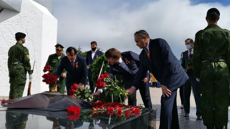 После пламенной речи чиновники возложили цветы к Вечному огню. Фото: Тобольская городская дума