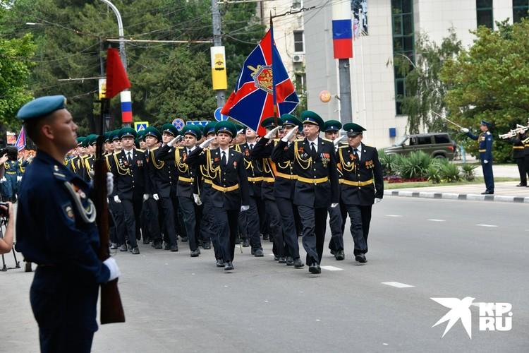 В Новороссийске в параде приняли участие порядка 1500 военнослужащих.