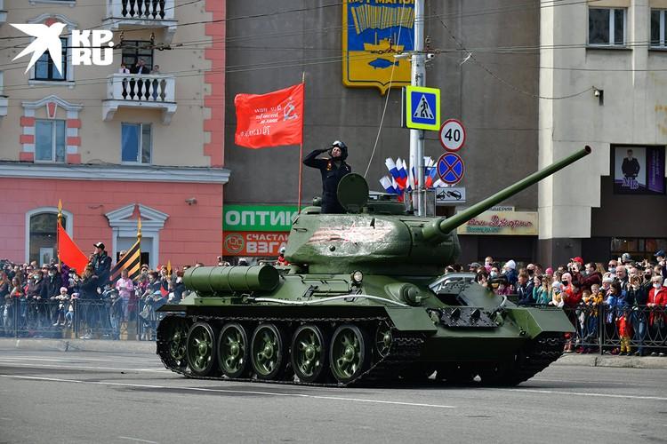 Танк Т-34 на Параде Победы в Мурманске.
