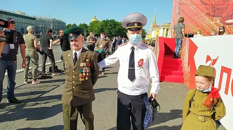 В Санкт-Петербург Иван Лаврентьевич приехал с семьей - в том числе с маленькой правнучкой.