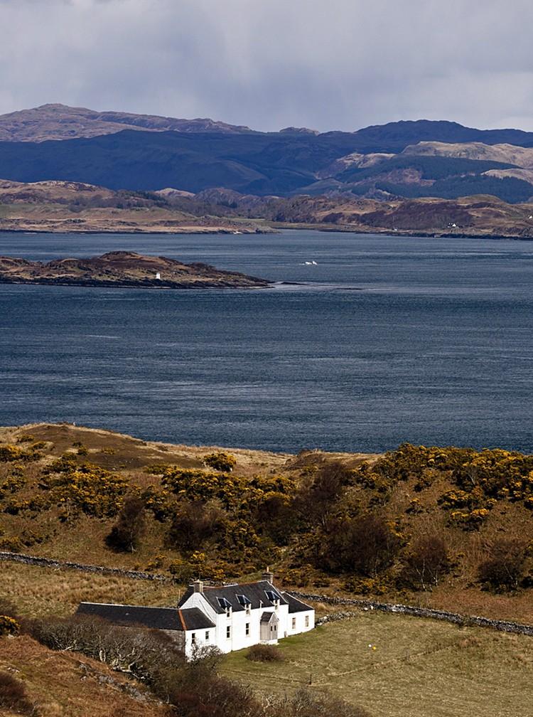 Попасть на этот остров, вытянутый вдоль западного берега Шотландии, не просто