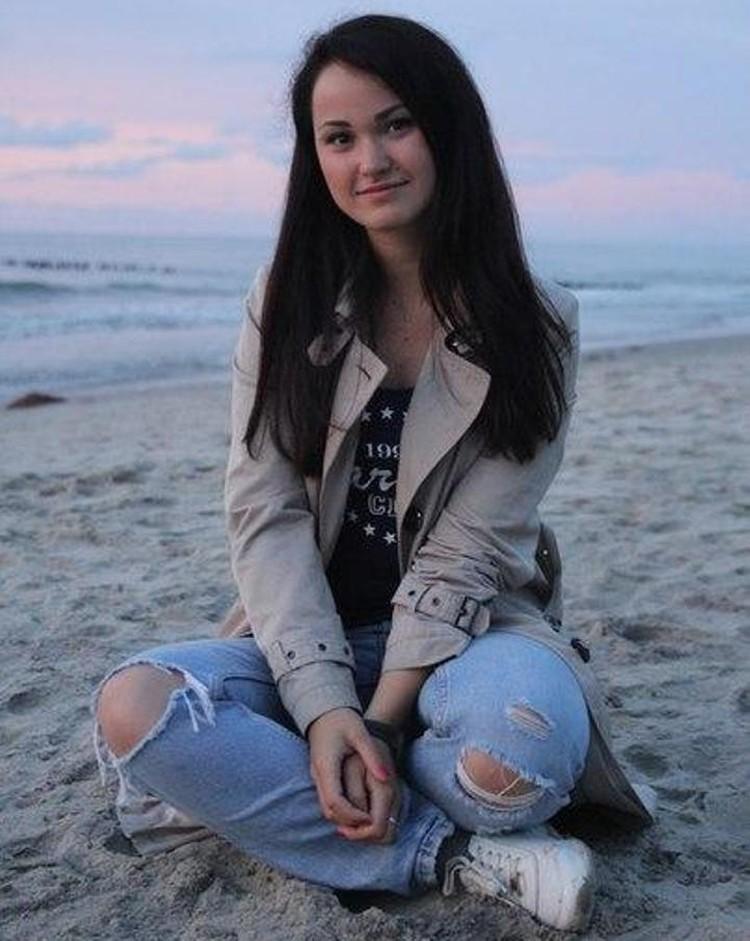 В свободное время Ксюша обожает отдыхать на море.
