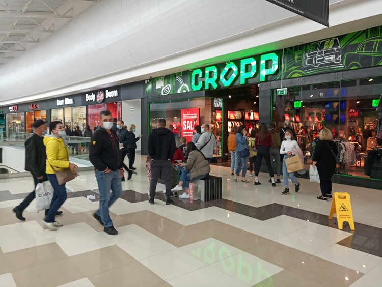 Посетители торговых центров должны быть обязательно в медицинской маске, этого требуют охранники на входе, а также консультанты у входа в каждый бутик