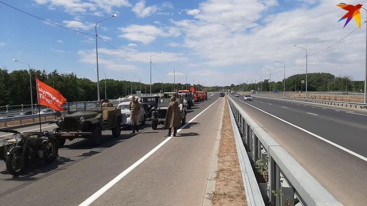 Первой по новой дороге проехала колонна из ретромашин и дорожной техники.