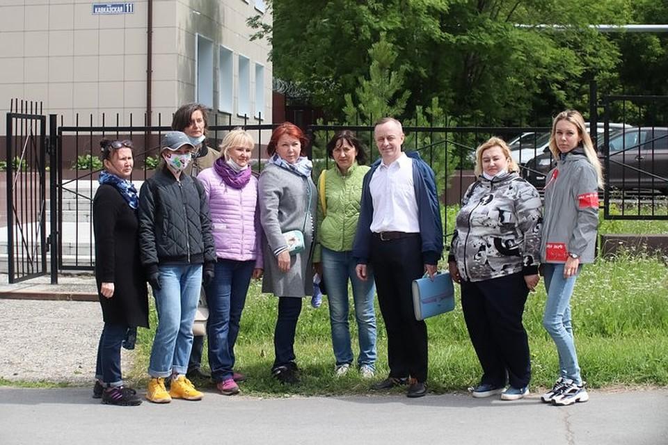 На кажое заседание педагога приходят поддержать его коллеги, родители школьников и его выпускники. Фото: Василий Вахрин