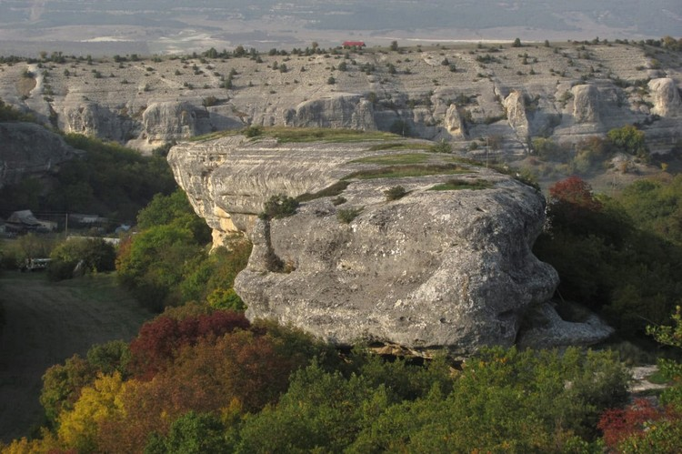 Когда-то на скалу Щавелевая можно было подняться по высеченным в скалах ступеням Фото: plantarium.ru