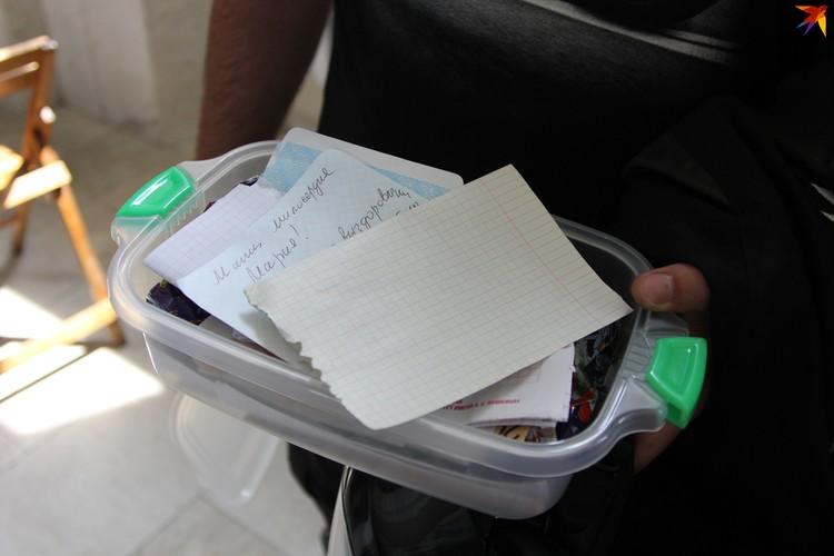 Верующие передают священникам записки с просьбами о молитве. Фото: Артур РОГАЛЬСКИЙ
