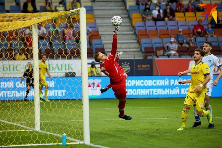 В игре вратарь минчан Даниил Шапко.