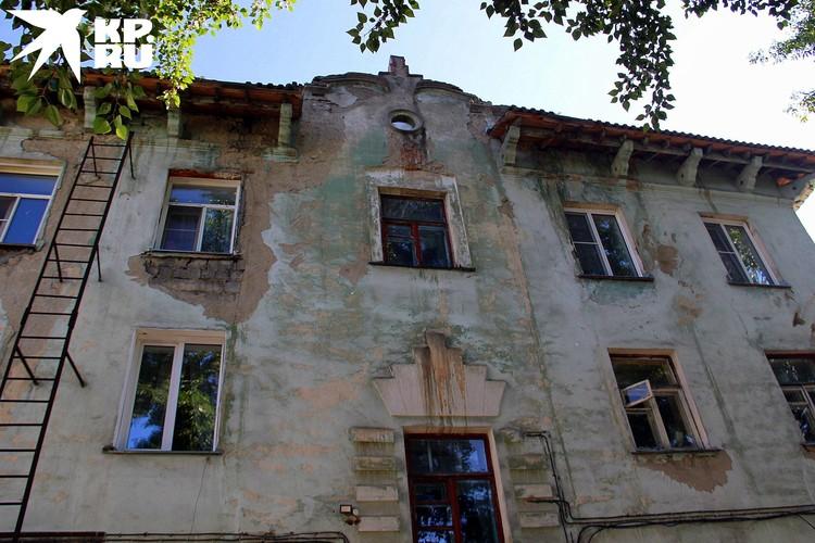 На многих домах сохранились пожарные лестницы.