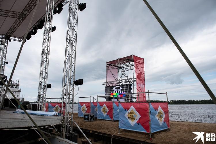 Напротив сцены разместили экран, на котором музыканты смогут видеть зрителей