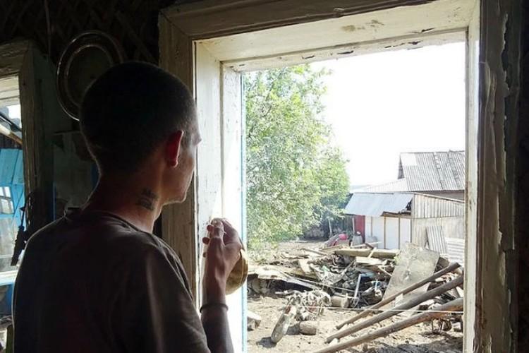 Люди с тоской смотрели на то, что осталось от их домов.