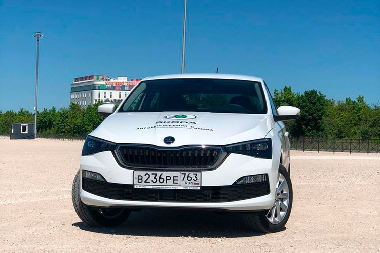Ключевая особенность нового дизайна — динамичный наклон капота с широкой решеткой радиатора, которая визуально расширяет автомобиль на уровне фар.