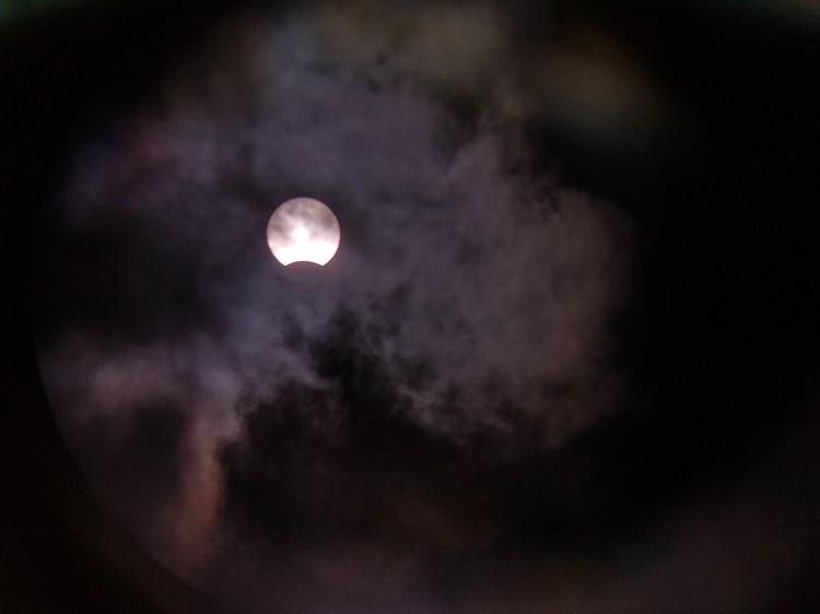 В отличие от жителей европейской части России, сибирякам повезло увидеть частичное солнечное затмение. Фото из группы «Старая башня» «ВКонтакте»
