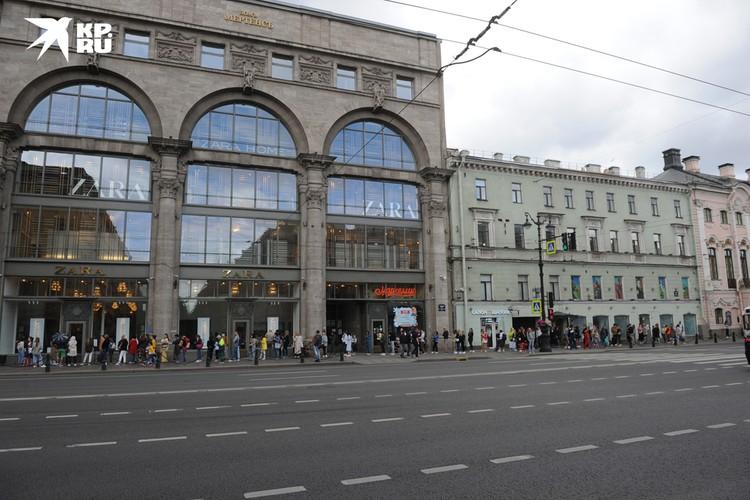 Гигантские очереди в магазины одежды на Невском проспекте образуются практически каждый день.