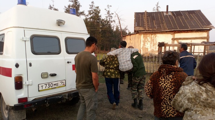 Дедушка так обессилел, что сам идти не мог. Фото: Управление поисково-спасательных работ Службы спасения Республики Саха (Якутия)