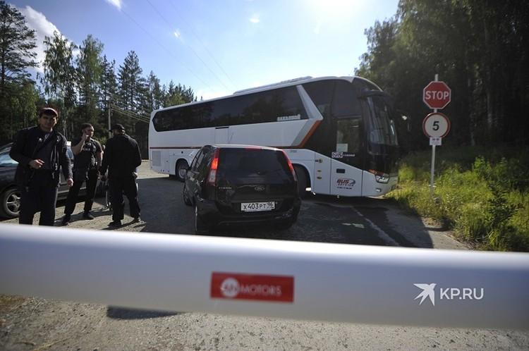 А в это время съезд в Среднеуральский женский монастырь перегородили большим автобусом