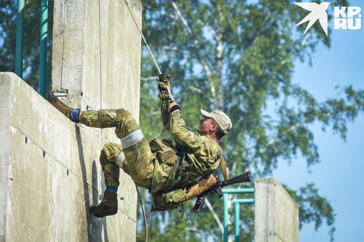 Подъем по веревке на шестиметровую стенку - самое сложное испытание «Тропы».