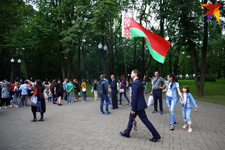 """На открытии было много национальных флагов и флагов организации """"Белая Русь""""."""