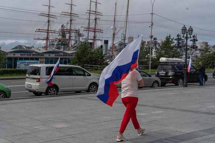 Главным украшением стали флаги России