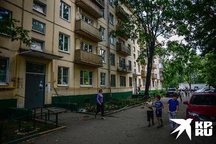 Агрессивный мужчина напал на детей во дворе жилого дома, свидетелями этого были соседи.