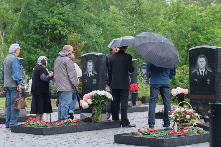 14 героев-подводников похоронены на Серафимовском кладбище
