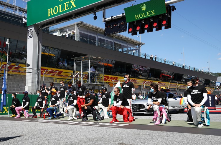 """6 из 20 гонщиков """"Формулы-1"""" отказались встать на колено перед гонкой."""