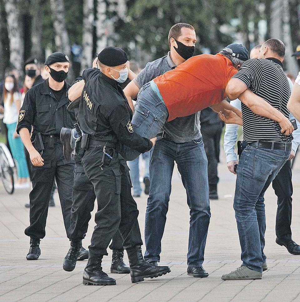 Даже намеки на любые уличные протесты в Минске пресекают моментально и жестко - просто пакуют людей в автозаки. Фото: Святослав ЗОРКИЙ