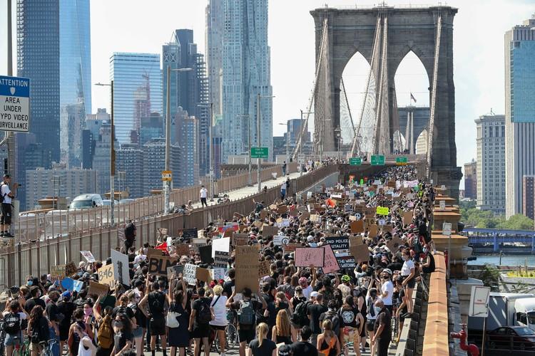 Толпа демонстрантов BLM перекрыла Бруклинский мост
