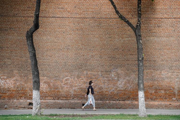 На улице Коммунистической есть отличные декорации для минималистичных фото