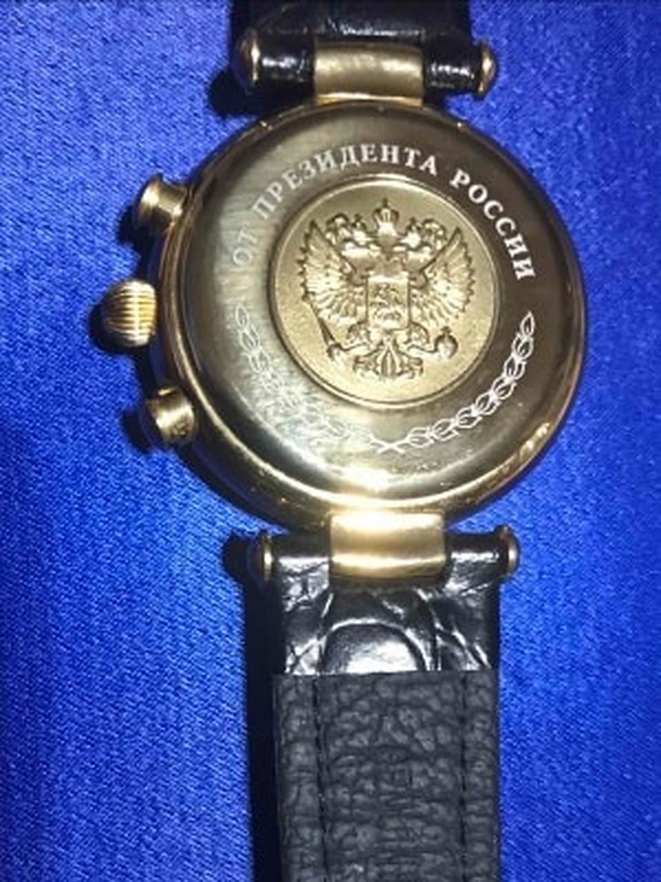 Именные часы от Путина. Фото: Леонид РЯБКОВ