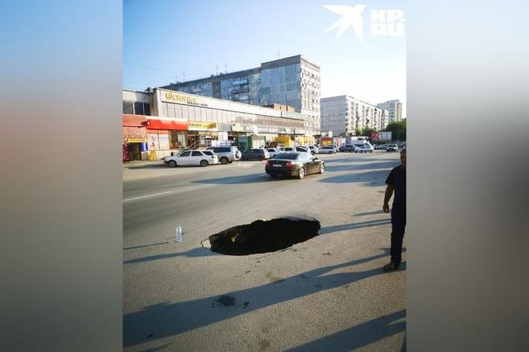 Опасный провал образовался прямо на проезжей части. Фото: Алексей Кремнев
