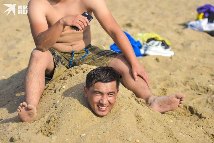Развлечения у парней в стиле фильма «Белое солнце пустыни».