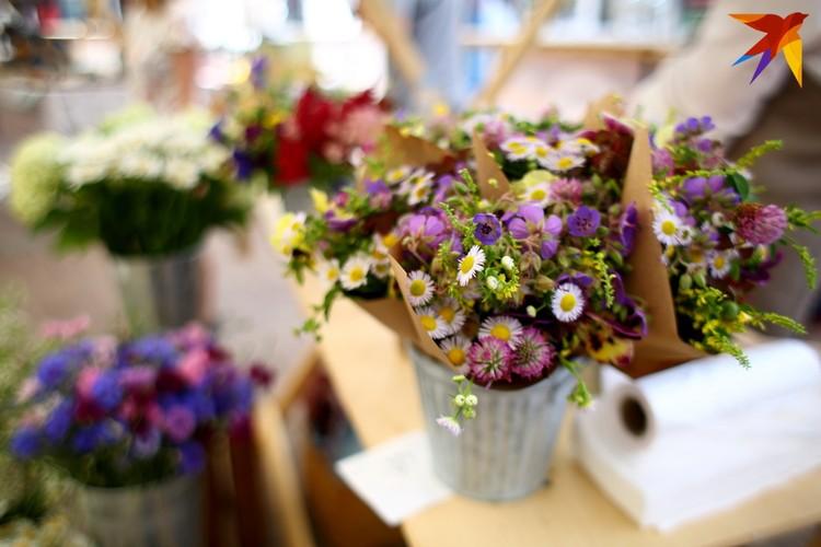 На рынке можно было купить даже полевые цветы.