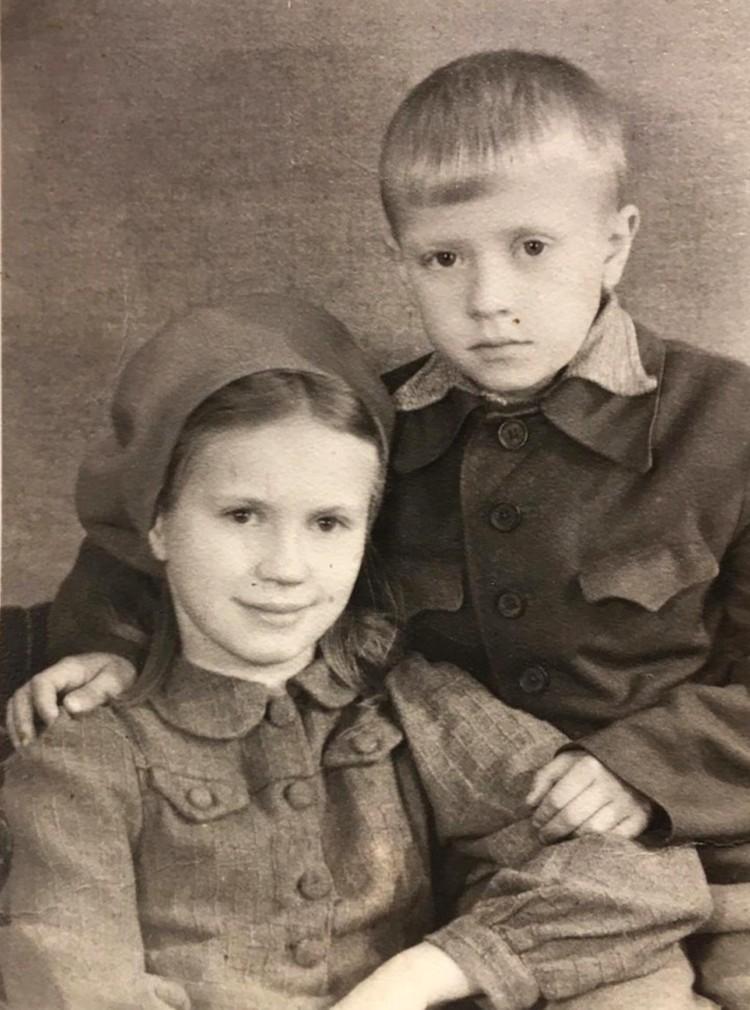 1945 года. Володя с сестрой. Фото: из архива Владимира Нюхляева