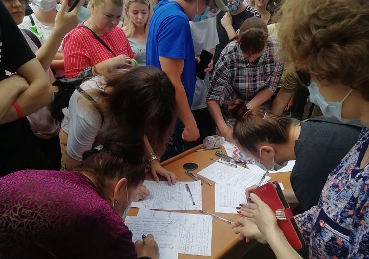 Закончилась стихийная акция поддержки сбором подписей в защиту Сергея Фургала. Фото: Мария Шестунова