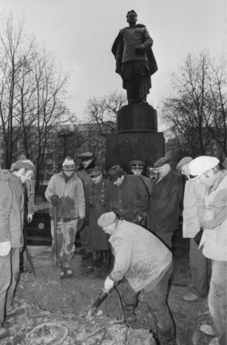 15 ноября 1991 года. Литовцы сносят памятник генералу Черняховскому. Фото: Владимир ГУЛЕВИЧ/ТАСС