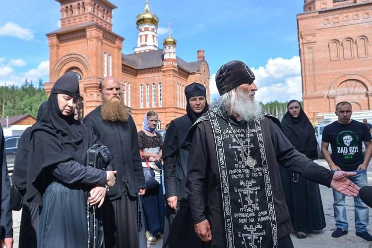 Схимонаха поддерживают многочисленные соратники