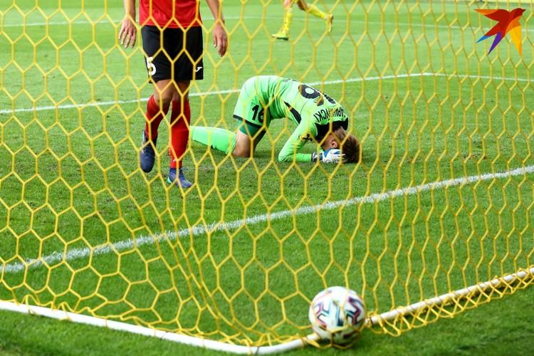 После удара Евгения Яблонского мяч попал в штангу и от головы вратаря закатился в ворота.
